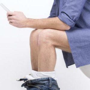 Nguy cơ bệnh trĩ vì sử dụng điện thoại trong nhà vệ sinh