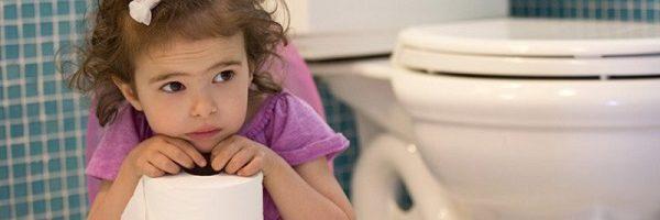 Trẻ đại tiện khó và lợi khuyên từ các chuyên gia