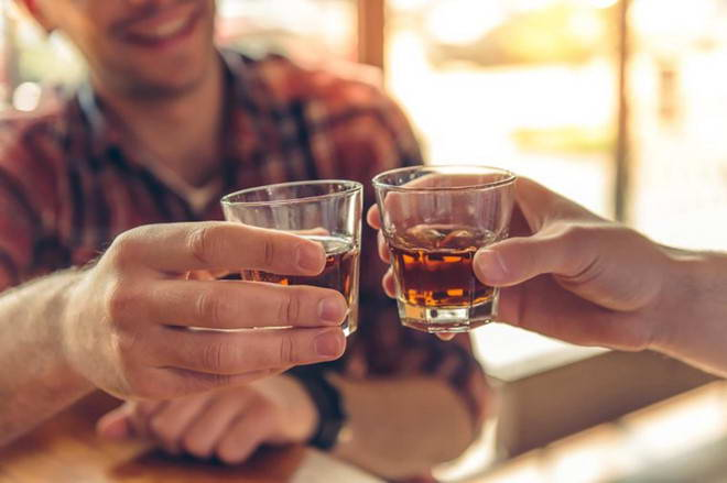 Đi ngoài ra máu sau khi uống rượu bia nguy hiểm ra sao?
