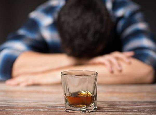 Đi ngoài ra máu khi uống rượu